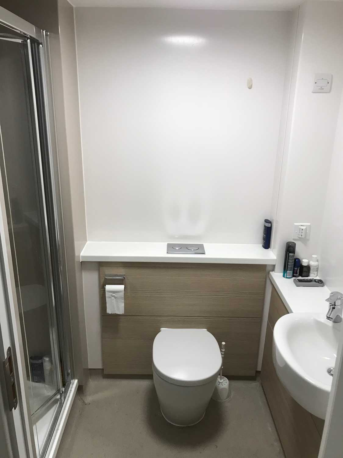 Photo of a double bed ensuite room in 1-room student hall in Kings Cross, London.